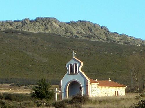 Ermita de la Veracruz y, al fondo, Peña Corbacera