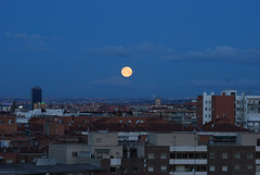 Mientras la luna llena se va amanece sobre Madrid / Shortly before the full moon goes off the dawn comes over Madrid (Miguel ngel Yuste) Tags: madrid moon dawn luna amanecer alcala alcal alcaldehenares 10faves