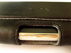 De onderzijde van de case heeft een opening om de iPhone makkelijker uit de case te kunnen schuiven.