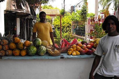 Indues en SD venden frutas