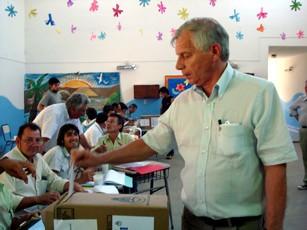 Enrique Baum al momento de emitir su voto que lo dío como ganador