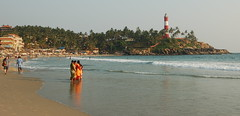 Kovalam (thejasp) Tags: travel sea orange lighthouse india beach yellow d50 nikon kerala 1855mm dslr sari indien trivandrum southindia keralam kovalam southasia  lighthousebeach   indiatravel    thiruvananthapuram indiatourism thejas kovalambeach   sdindien  zuidindia  thejasp              suurindland