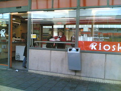 la dame du kiosk, vue du Thalys (hiphopbunny2000) Tags: train telefono thalys