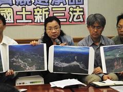 立委田秋堇拿出空照圖,說明台灣國土危脆,不容忽視。
