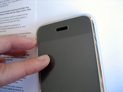 De screenprotector past precies binnen de zilverkleurige rand van de iPhone.