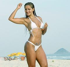 nana gouvea na praia semi pelada ou nua 1