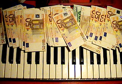 in punta di dita (crimistar / loris viviano) Tags: money paper keyboard euro 50 tastiera pianoforte banconote 08326 lorisviviano