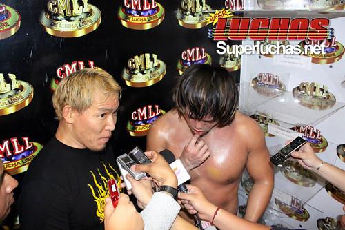 Okumura actúa como interprete para Naito luego de la victoria / Photo by Rostro Oculto