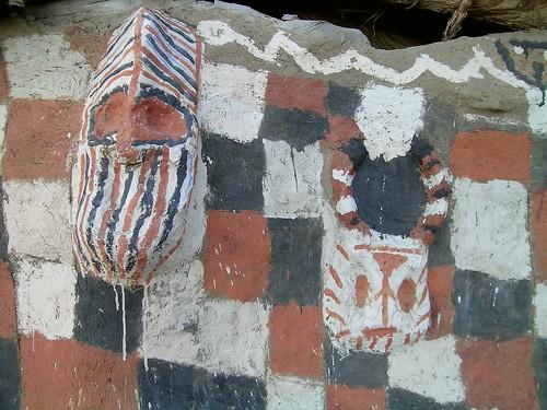masque sur la case a palabre - Komakan