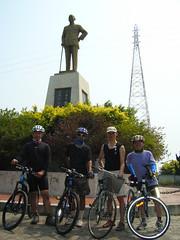 興達港蔣公銅像前