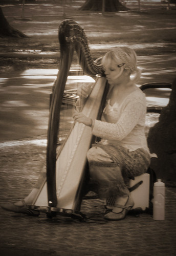 Harp-player-during-the-Fringe