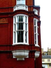 P1020057 Elegant bay Windows (londonconstant) Tags: uk england london window architecture century chelsea victorian style gb londra brickwork 19th sw1 baywindow cadogangardens sw3 costi cadoganestate londonconstant pontstreetdutch