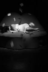 mujer (Analía Acerbo Arte) Tags: blancoynegro mujer puesta papeles ánimo
