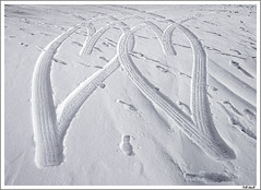 Happy Valentinesday (Jokull) Tags: winter two snow cold canon hearts island photo iceland heart tracks valentine photograph sland icelandic jkull jokull happyvalentinesday traveltoiceland plljkull cometoiceland