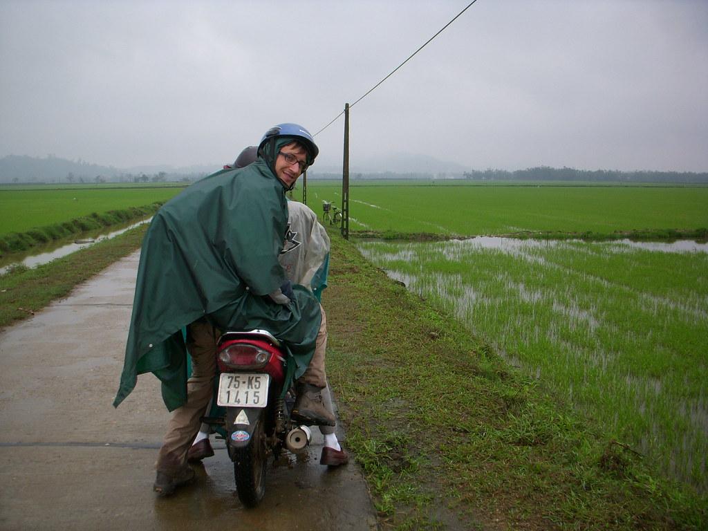 en moto por los arrozales