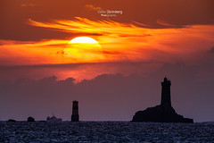 16DGM39107 (BreizHorizons) Tags: la vieille phare lighthouse razdesein petite rocherdelagorlebella pointeduraz coucherdesoleil sunset iroise parc marin didiergrimberg pharedelavieille pêche pêcheur bateaudepêche tourelle tourelledelaplate