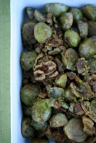 Cavoletti con noci e pancetta