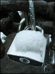 verschneit (sulamith.sallmann) Tags: park schnee winter snow love metal silver estonia verliebt locks metall parc amore liebe schlösser silber naturpark estland keila beziehung schlossbrücke partnerschaft keilajoa metallisch sulamithsallmann fu0 verschliesen abschliesen schlösserbrücke besiegeln