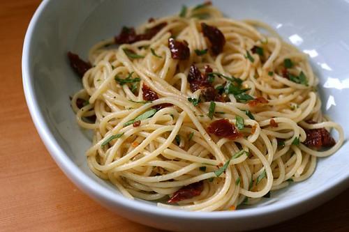 Spaghetti aglio e olio with sundried tomatoes 2