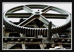 rueda (Marta S. Gufstasson) Tags: railroad espaa abandoned train tren spain rust iron crane decay railway gear oxido gif grua zahnrad ferrocarril renfe abandonado hierro engranaje adif dentada desused engranage a3b