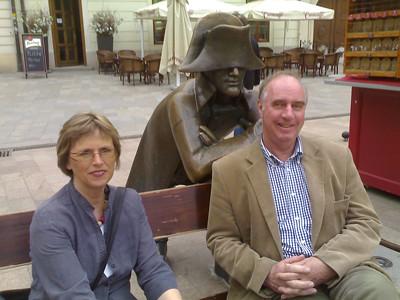 Kirsti Tveitereid, Napoleon og Einar Christiansen på et torg i gamlebyen i Bratislava.