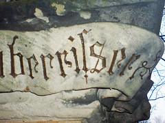 Hauberrisser: strange fracture (Bundscherer) Tags: friedhof graveyard munich s churchyard stein inscription lapidary buchstaben münchen typografie inschrift verfallen tgm ortsbesichtigung fassadenbeschriftung oberrisser südfriedhof