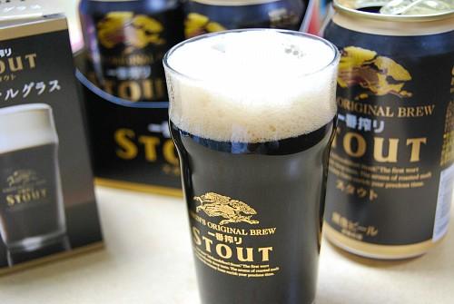 スタウト・オリジナルグラスに黒ビールを注ぐ