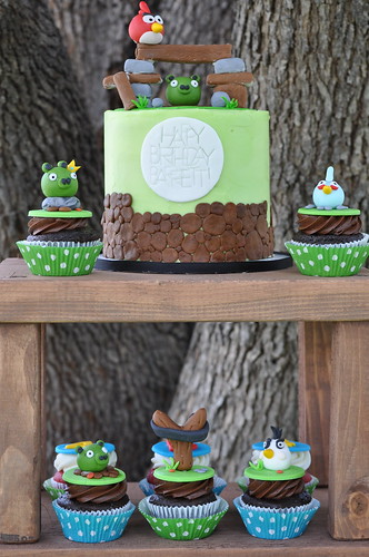Angry Birds cake and cupcakes!
