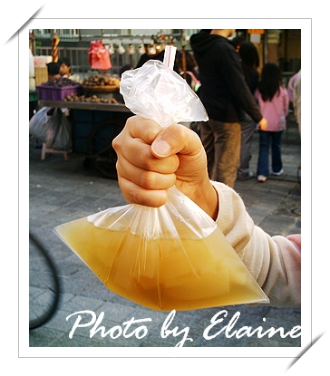 塑膠袋直接插上吸管,超過癮的!