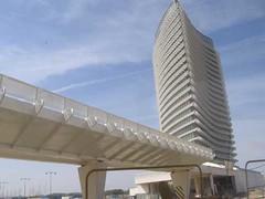 La torre del agua y la pasarela