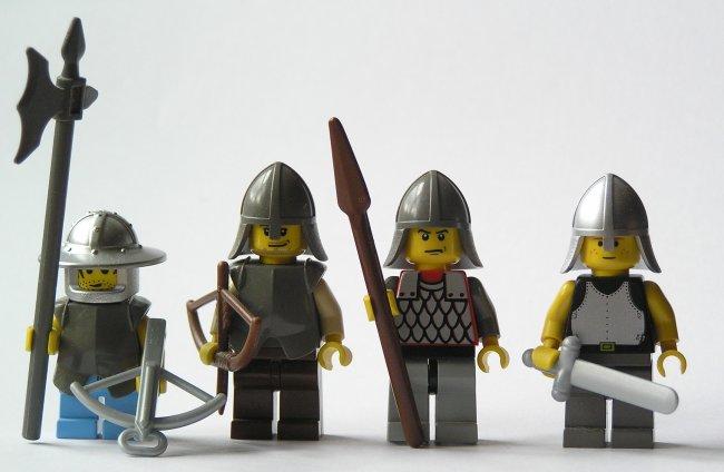 Una hermandad secreta invoca a un dragón, y la Guardia de la Ciudad de Ankh-Morpork, con Vimes, Zanahoria -Carrot-, Colon y Nobby Nobbs deberán hacerle frente. Apariciones estelares del Patricio -Lord Vetinari-