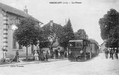 Le trains arrive en gare d'Orgelet, et passe devant la poste
