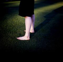 serpentskirt (TommyOshima) Tags: shadow white green grass contrast kodak leg bronica epp misa paganpoetry mishan nagune misaitoi