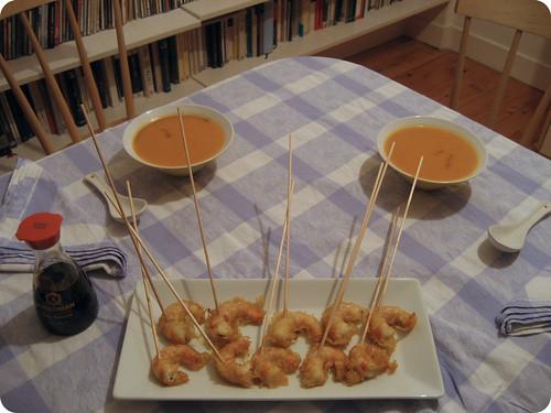 Crema de calabaza con tempura de gambas y salsa de soja