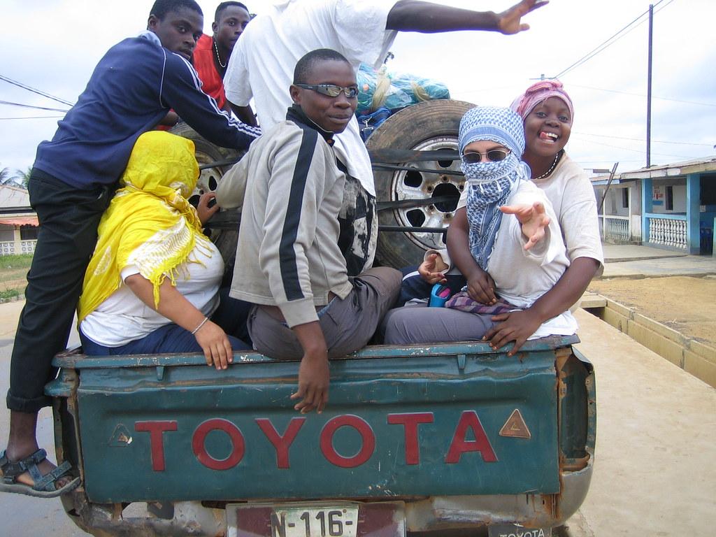taxipaís con la asociación de jóvenes de la Asociación Africanista Manuel Iradier