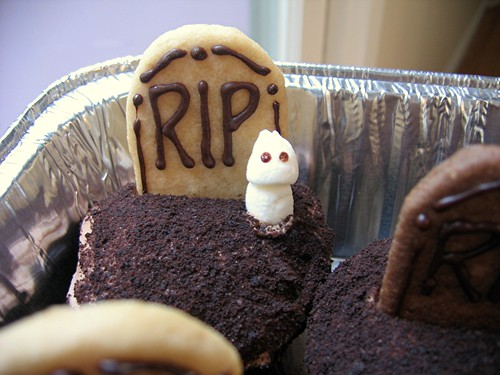 graveyard cupcake with ghost
