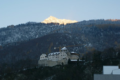 Schloss Vaduz Castle Sunset, Liechtenstein (Hellebardius) Tags: winter sunset castle evening abend berge romantic liechtenstein schloss chteau romantico romantik romntico vaduz mountans romantique  romntico