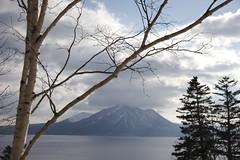 支笏湖越しに風不死岳と樽前山