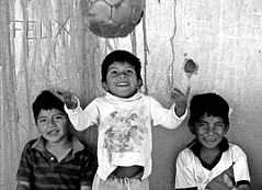 la felicidad ah ah ah ah... (quino para los amigos) Tags: poverty friends portrait amigos argentina smile kids ball river happy football team model child ronaldinho happiness nios playboy alegria sonrisa felicidad futbol throw maradona salta norte jujuy chicos tirar pelota anxious tucuman pobreza equipo norteargentino onlythebestare top20argentina miargentina