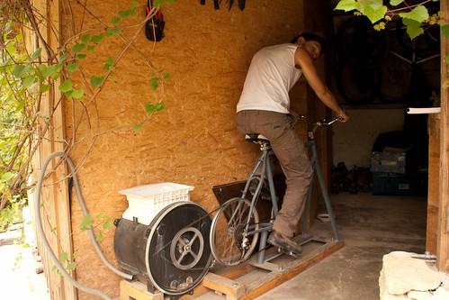 Nicolas sur un vélo/machine à laver