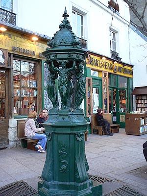 fontaine Wallace devant Shakespear.jpg