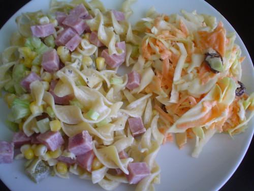 fusilli con jamón y ensalada de zanahoria y col