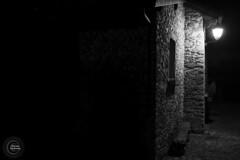 Yvoire, village médiéval (Vianney Vaubourg) Tags: yvoire lacléman villagemédiéval mur lumière fenêtre ombre pierre noiretblanc noir blanc blackwhite nikon nikkor nikonflickrtrophy nikkortagofficiel d4s afsnikkor35mmf14g afs 35mm f14g nanocristal vaubourg vianney photographie 2017