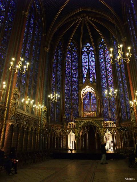 L'autel, en dessous des arcades en ogive, marque caractéristique du gothique