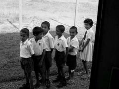 fila perfecta (soymamen) Tags: people gente nios vida srilanka ayuda rostros gestos mirdas espressionidellanima 2010soymamenallrightsreserved