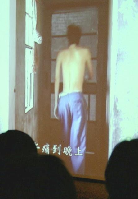 李錦章的身體由於病魔的摧殘而消瘦。