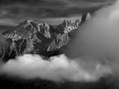 Nubes y Picos (jtsoft) Tags: bw landscape asturias olympus nubes alpenglow picosdeeuropa e510 cabrales urriellu zd50200mm ondón jtsoftorg
