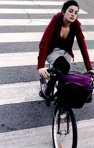 Eva cruza en bici una calle de Madrid.