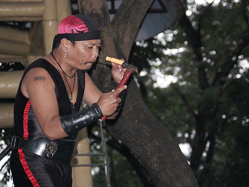 street performing performer Buhay Pinoy Philippines Filipino Pilipino  people pictures photos life Philippinen
