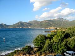 Golfe de Galeria avec la plage au fond et la tour sur le promontoire à droite